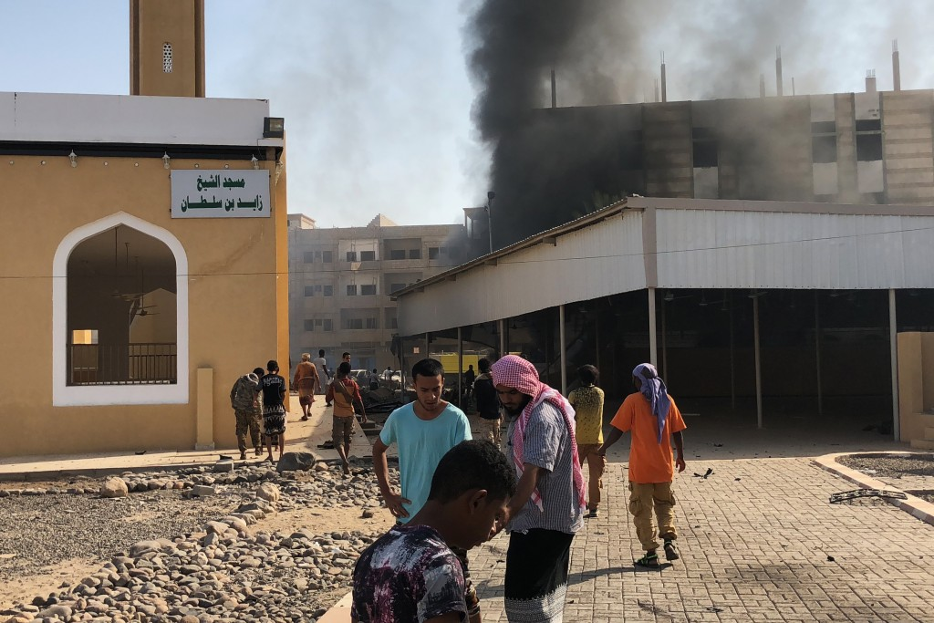 Yemenis gather at the scene of an explosion near a security post in the southern port city of Aden on November 14, 2017. / AFP PHOTO / NABIL HASSAN        (Photo credit should read NABIL HASSAN/AFP/Getty Images)