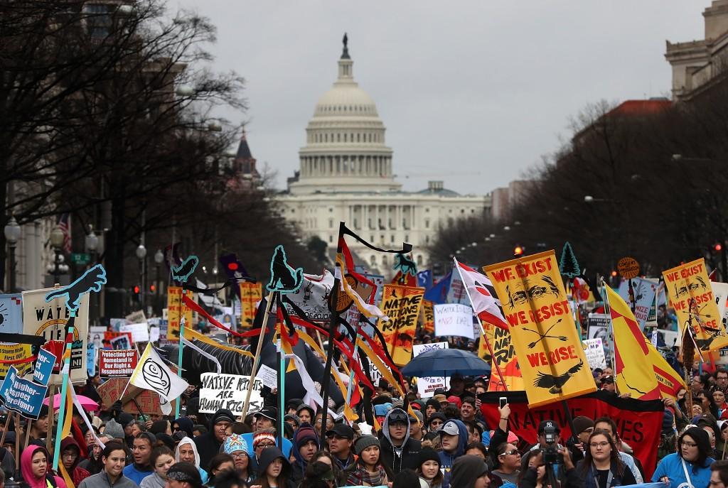 Manifestantes em um protesto contra o oleoduto Dakota Access, no dia 10 de março de 2017, em Washington, D.C.