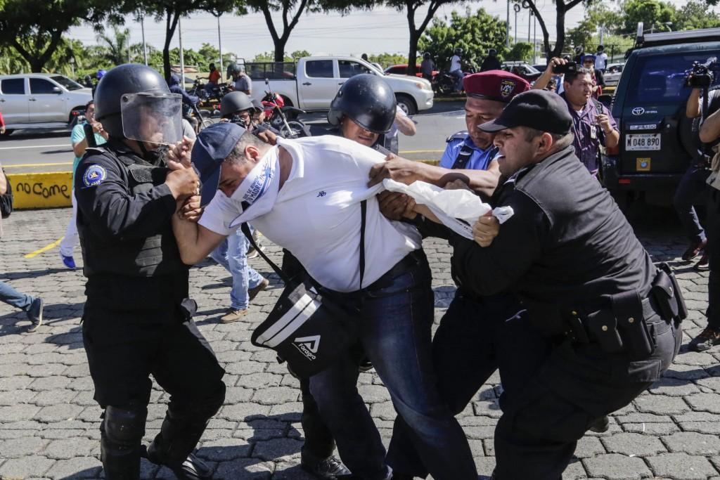Um nicaraguense é preso pela tropa de choque durante protesto contra o governo Ortega, em Manágua, Nicarágua, em 14 de outubro de 2018.