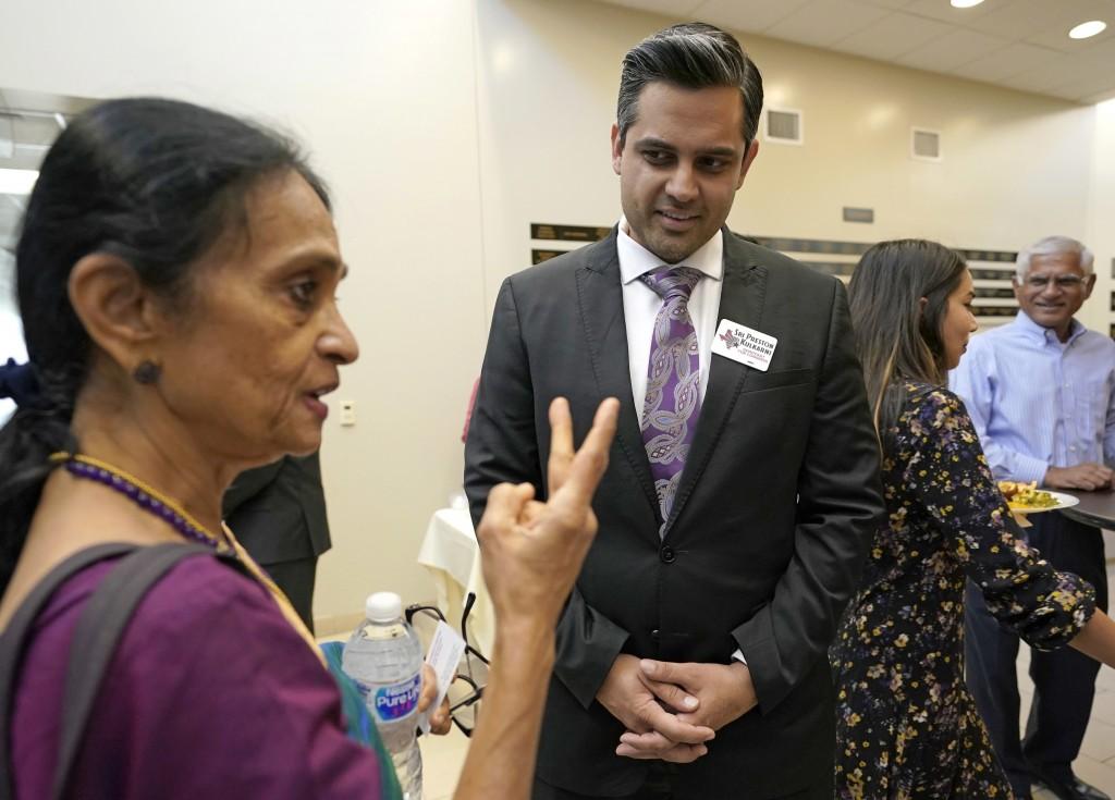 Thara Narasimhan, à esquerda, apresentadora de um programa de rádio hindu no Texas, conversa com o candidato Democrata ao Congresso Sri Kulkarni durante um evento de arrecadação de fundos em Houston, em 29 de julho.