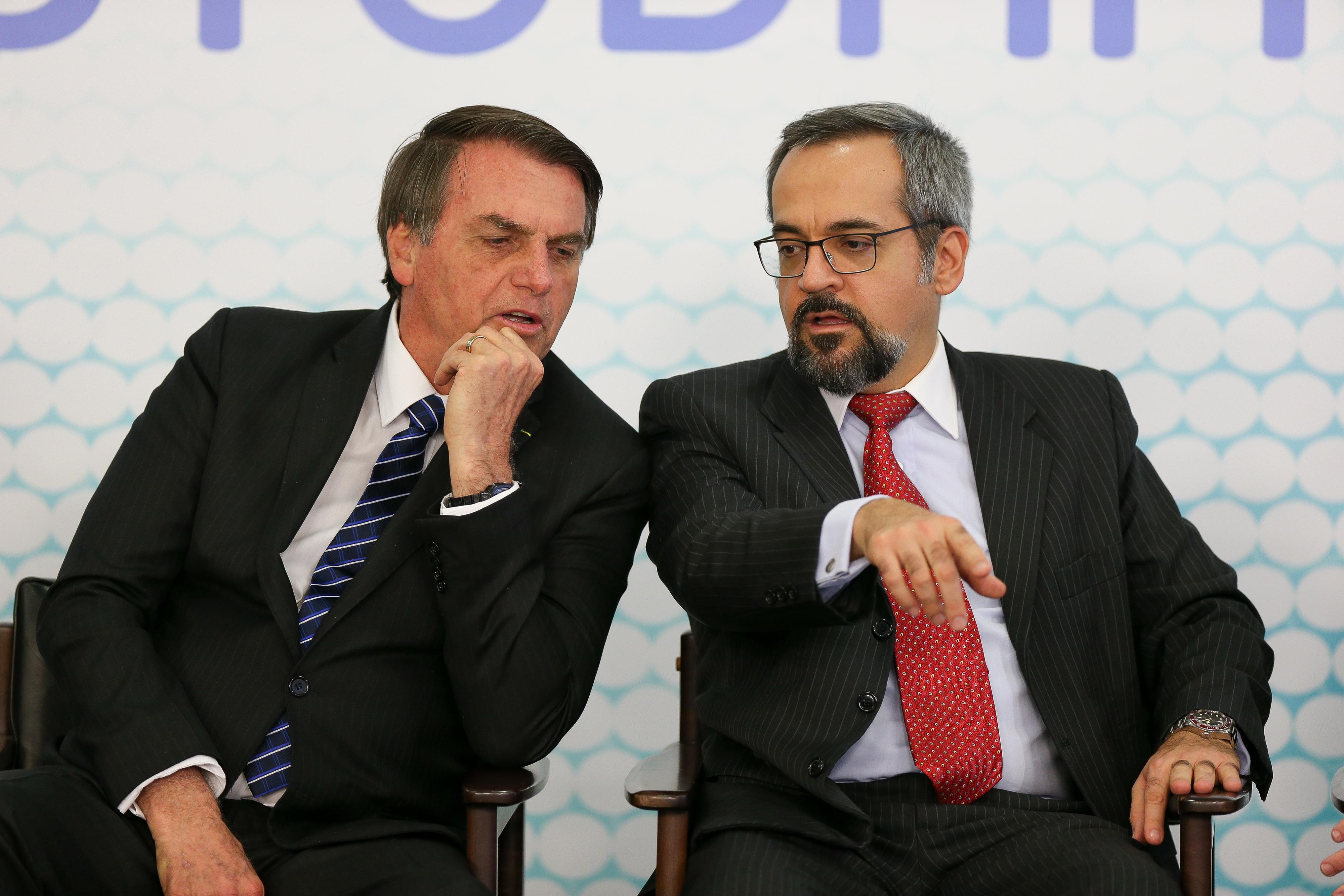 Jair Bolsonaro ao lado de Abraham Weintraub, durante cerimônia de lançamento da ID Estudantil