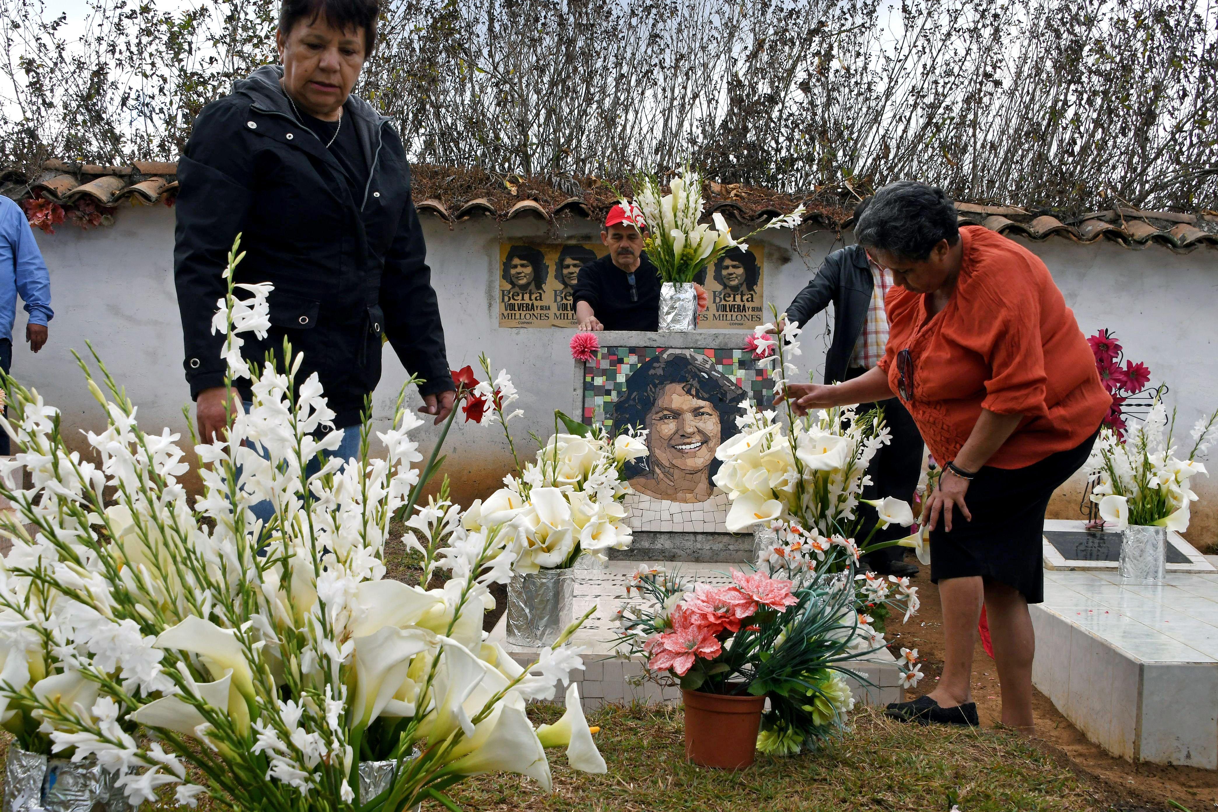Parentes e amigos colocam flores no túmulo da ambientalista Berta Cáceres em La Esperanza, Honduras.