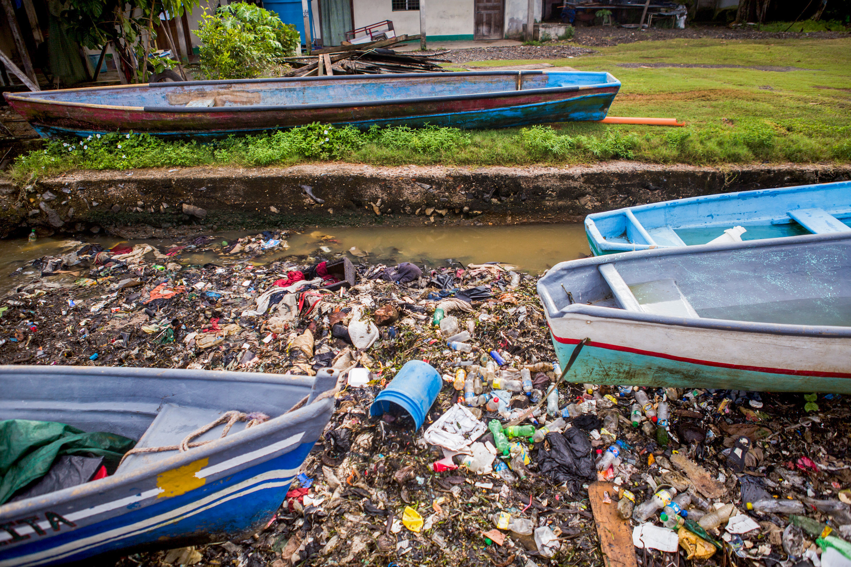 O lixo se acumula em uma entrada nos arredores de Puerto Barrios, na Guatemala.