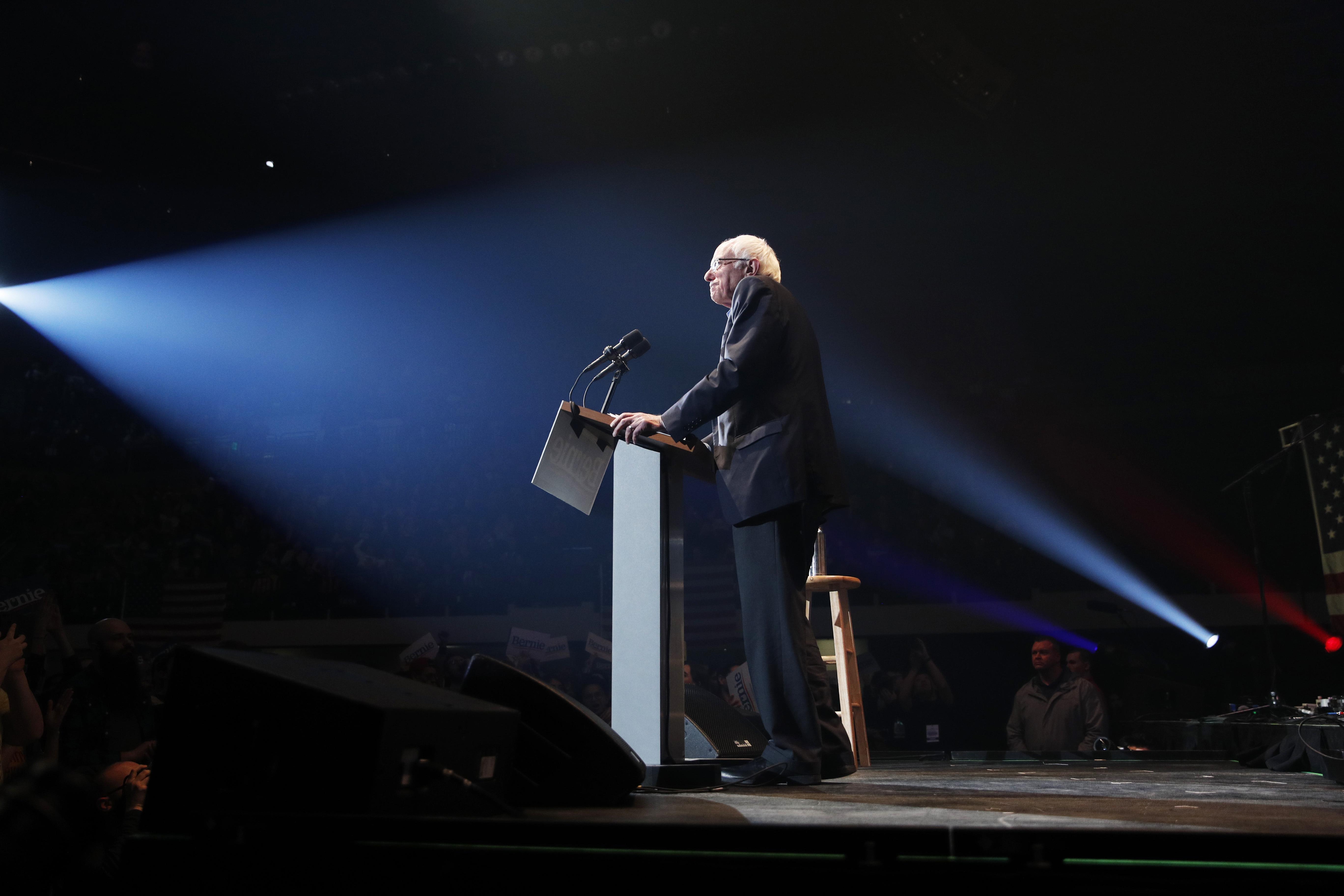 Senador Bernie Sanders fala quando comício dentro de Cedar Rapids, Iowa, no dia 1º de fevereiro.