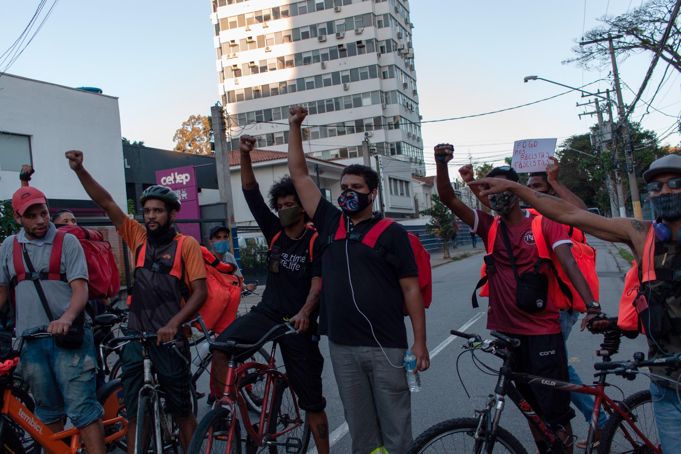 Manifestação de entregadores de aplicativo delivery contra o governo do presidente Jair Bolsonaro (sem partido) e a precarização do trabalho, em Pinheiros, zona oeste de São Paulo, em 7 de junho de 2020.