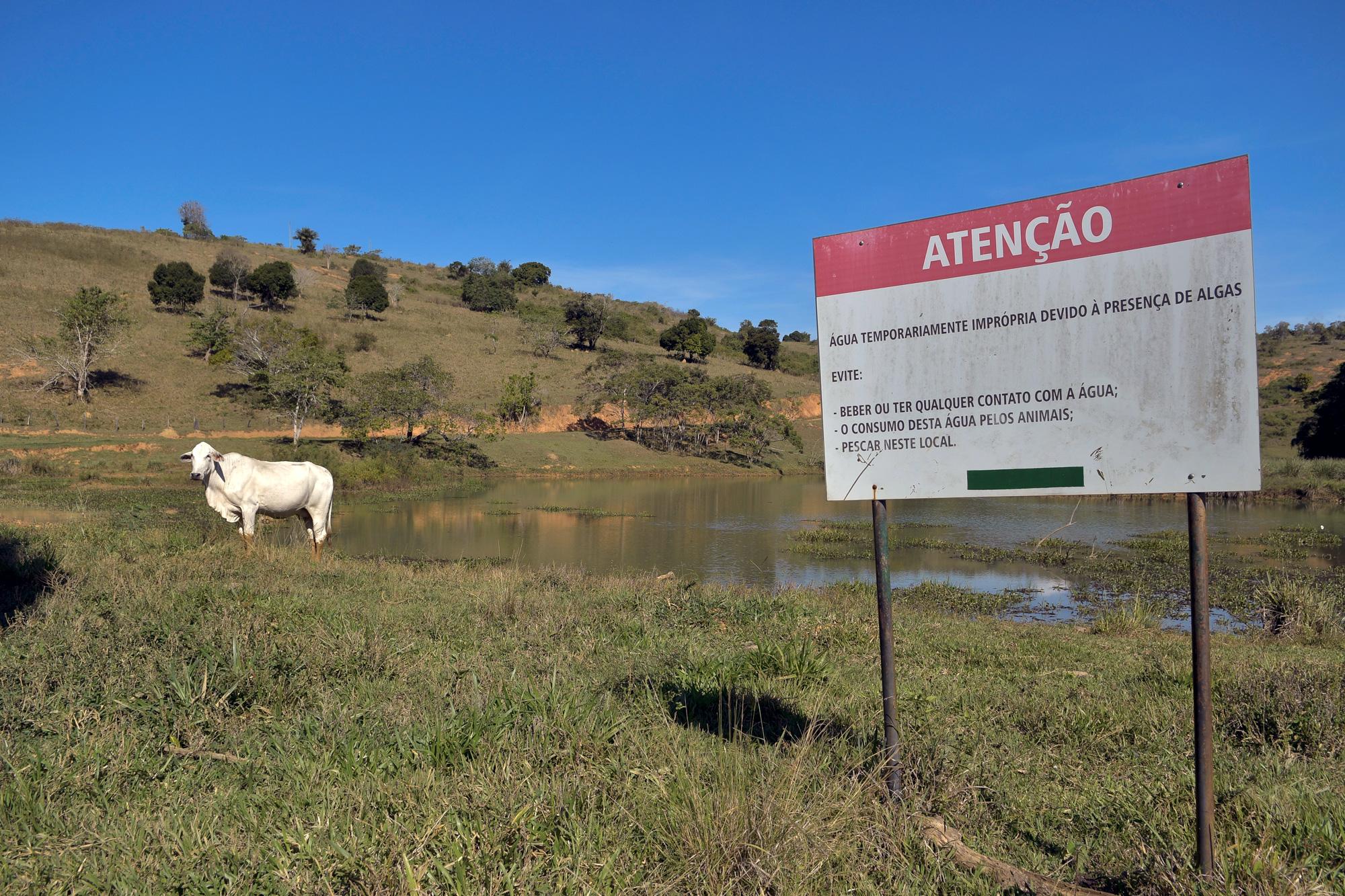 11/05/2021 - BRASIL / LARANJAL - Placas colocadas pela Brookfield em lago formado na Fazenda Volta do Rio Placa, em Laranjal-MG © Washington Alves/Light Press