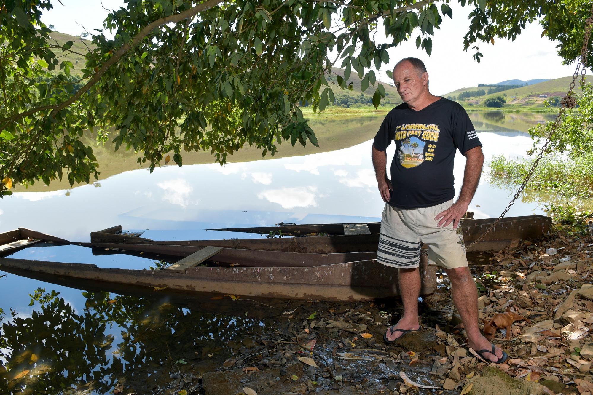 11/05/2021 - BRASIL / LARANJAL - José Mauro, ex pescador, com os barcos parados no lago formado no rio Sao Joao, afluente do Rio Pomba, em Laranjal-MG © Washington Alves/Light Press